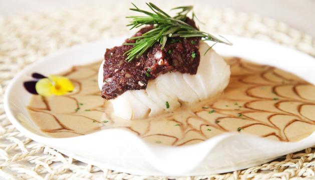 Bacallà confitat de romaní amb crema de foie i botifarra negra