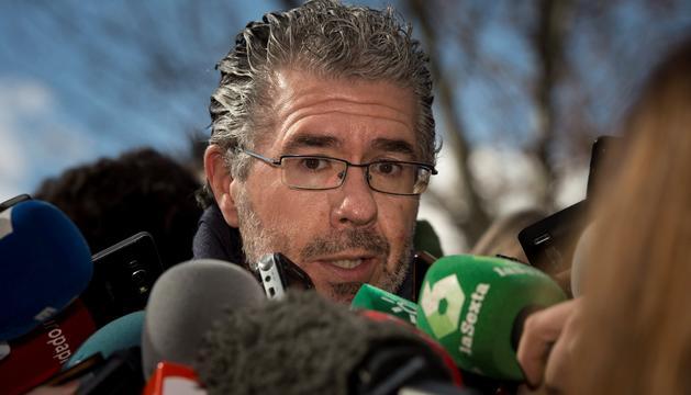 Granados atenent els mitjans a la sortida de l'Audiència Nacional.