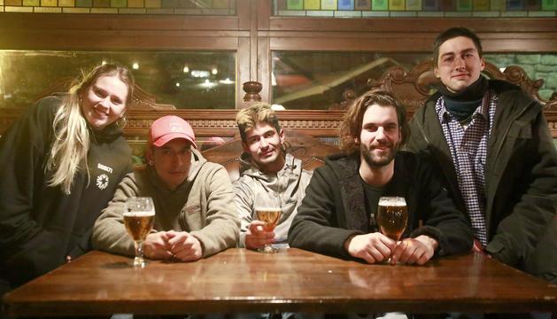 Molts treballadors de Grandvalira passen les tardes als bars situats a peu de pistes.