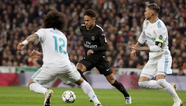 L'estrella del PSG, Neymar Júnior, ahir al Santiago Bernabéu perseguit per Sergio Ramos i Marcelo.
