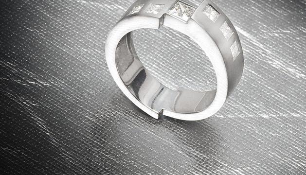"""Jo mateixa vaig dissenyar aquest anell i és el mateix que porta el meu company com a """"símbol d'aparellament"""""""