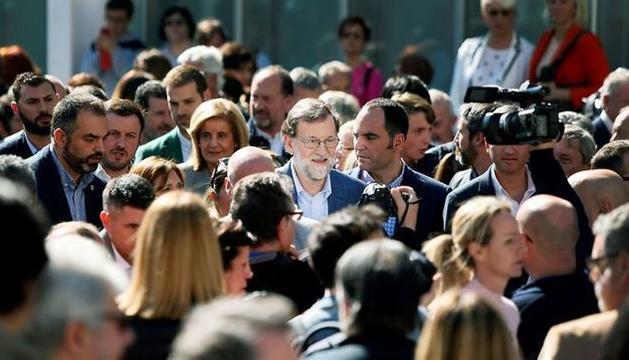 Mariano Rajoy passejant per Elx entre amics i simpatitzants.