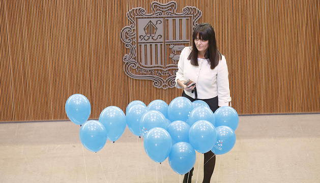 Mònica Bonell amb els globus de la campanya contra la violència sexual a menors.