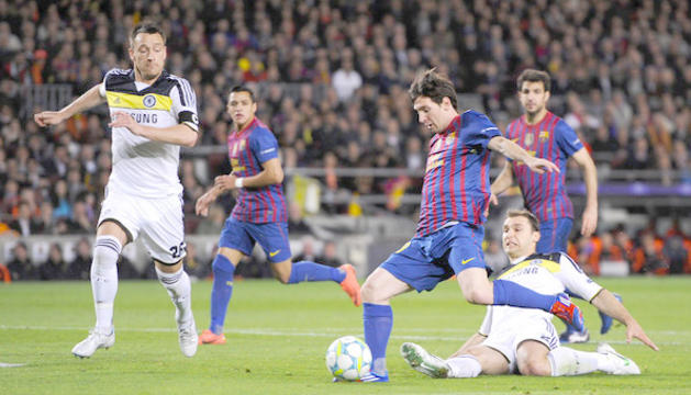 Leo Messi condueix l'esfèrica, en la darrera eliminatòria entre el Chelsea i el Barça.