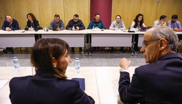 Eva Descarrega parla amb el Cap de Govern amb els sindicalistes de fons