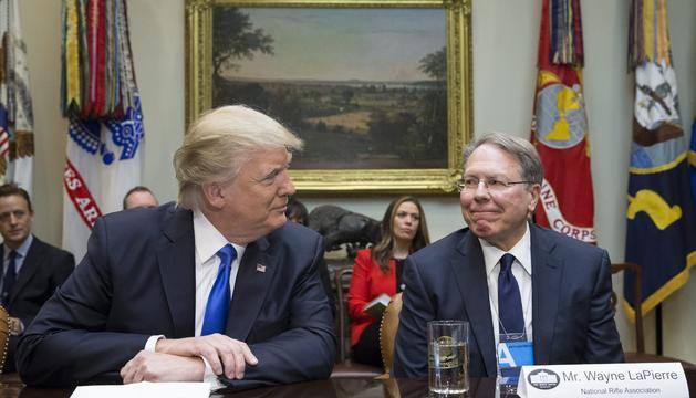 Trump amb el president de l'Associació Nacional del Rifle, Wayne Lapierre, en una imatge d'arxiu.
