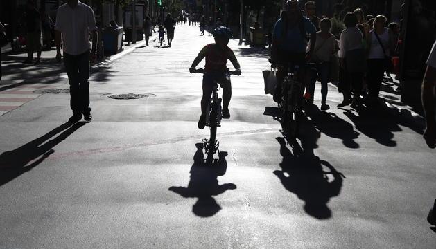 L'avinguda carlemany és un dels grans eixos per a vianants, però els ciclistes també hi circulen.