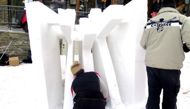 Els artistes perfilen les escultures de neu del Pas
