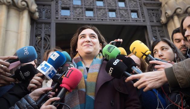 Ada Colau, abans de comparèixer davant dels mitjans de comunicació.