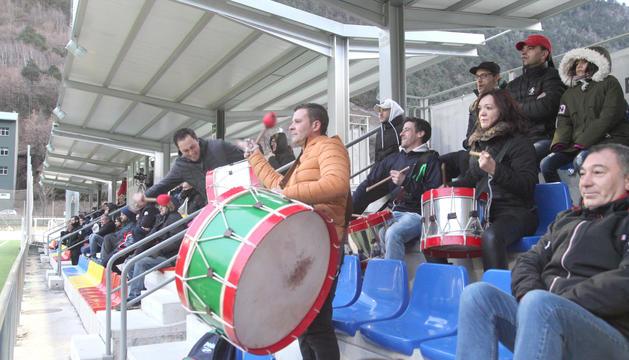 Seguidors del Lusitans animen el seu equip en el partit del diumenge passat contra la UE Engordany.