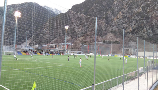 Un partit de la lliga andorrana a un dels camps de la Borda Mateu.