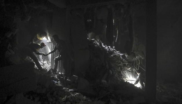 Voluntaris busquen supervivents en un edifici ensorrat.