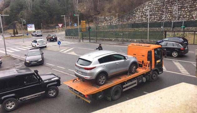 El vehicle dels sospitosos es retirat per una grua després de la detenció