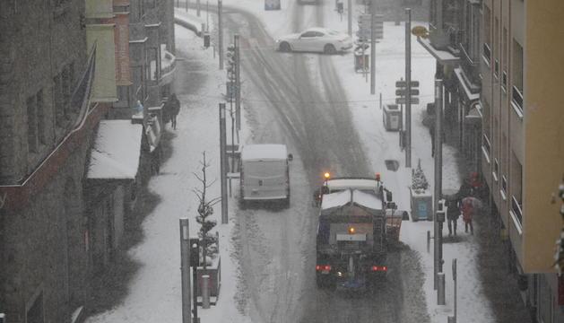 Vehicles a la part alta de l'avinguda Carlemany d'Escaldes aquest matí