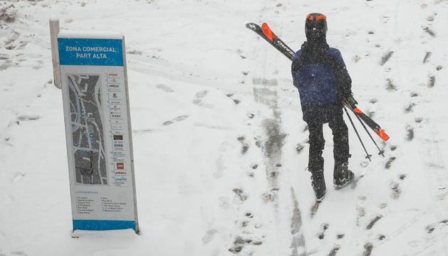 Un esquiador a l'avinguda Carlemany d'Escaldes