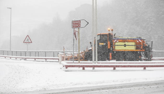 Una llevaneus retira neu de la zona del pont de París d'Andorra la Vella