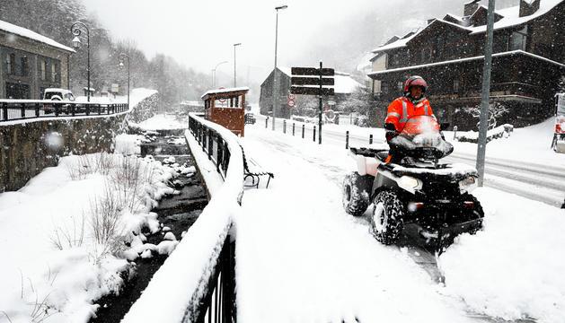 Un operari retira neu de les voreres a Erts