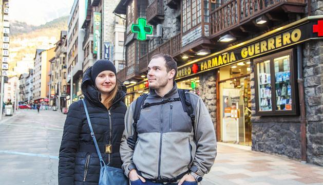 Una parella de turistes russos passa la tarda passejant i de compres