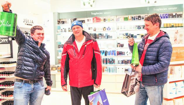 Tres amics de compres per Andorra la Vella després d'un matí d'esquí