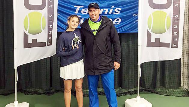 Vicky Jiménez amb el trofeu de vencedora del torneig.