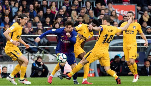 Leo Messi, envoltat per defenses de l'Atlètic, en el matx d'ahir al Camp Nou.