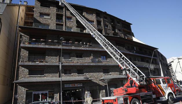 Intervenció dels bombers durant l'incendi a la Massana