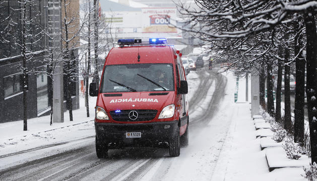 Una ambulància dels bombers realitzant un servei.