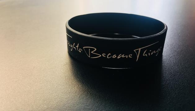 La meva polsera amb la frase 'Thoughts Become Things'. És una guia espiritual i personal