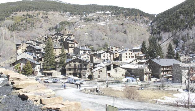 El poble d'Os de Civís està situat en territori català.