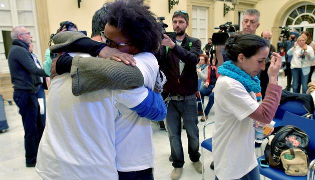 Ana Julia Quezada s'abraça al pare de Gabriel durant un dels actes organitzats en suport de la família.