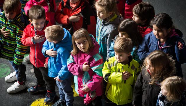 Alumnes de l'escola andorrana de la capital durant la cantada de l'himne aquesta tarda
