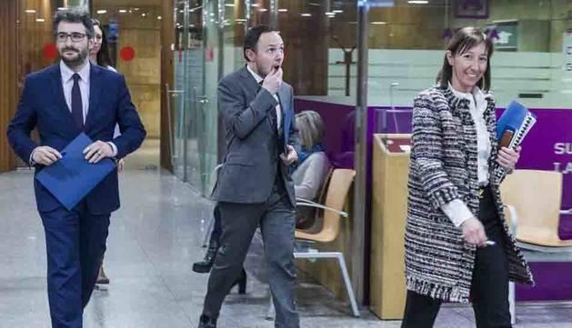 Jover, Espot i Descarrega es dirigeixen a la sala de premsa