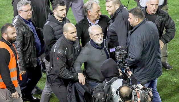 Al centre de la imatge el president del PAOK, Ivan Savidis, durant el seu xou damunt la gespa.