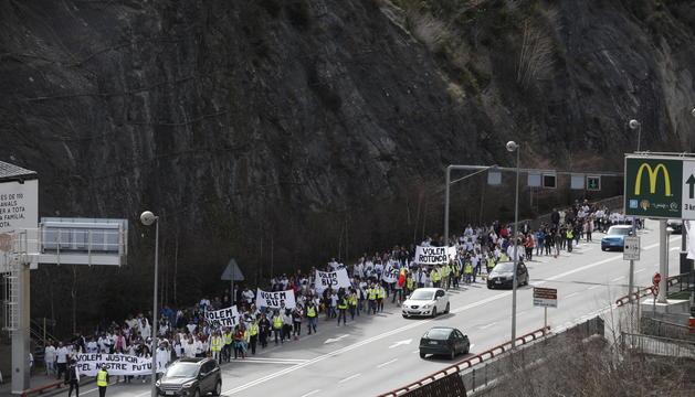 Els manifestants van avançant per la carretera de Sant Julià de Lòria cap a Andorra la Vella pel carril esquerre