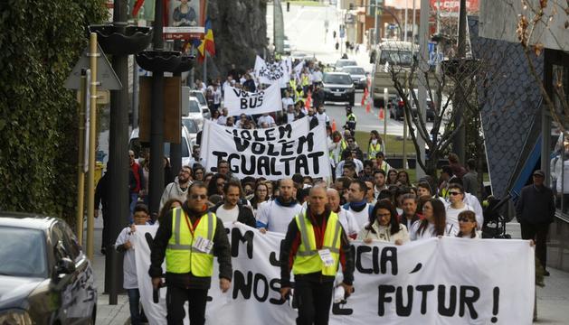 Els manifestants durant la marxa pacífica amb cartells reivindicatius