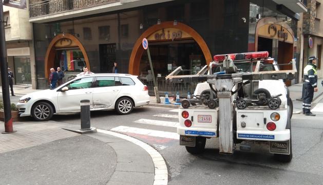 Tall de trànsit per un xoc entre dos cotxes a la capital