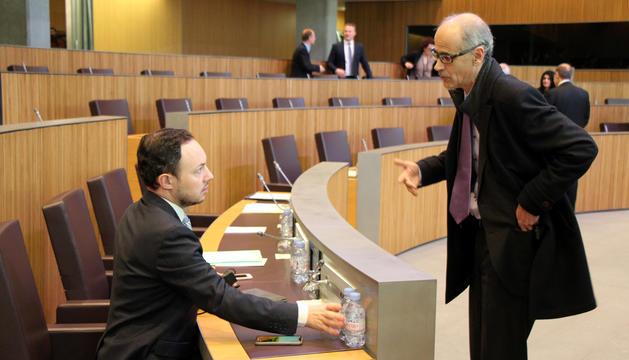 El ministre d'Afers Socials, Justícia i Interior, Xavier Espot, parla amb el cap de Govern, Toni Martí, abans de començar la sessió.