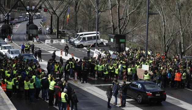 Els treballadors públics estan impedint l'entrada i sortida de vehicles del Principat