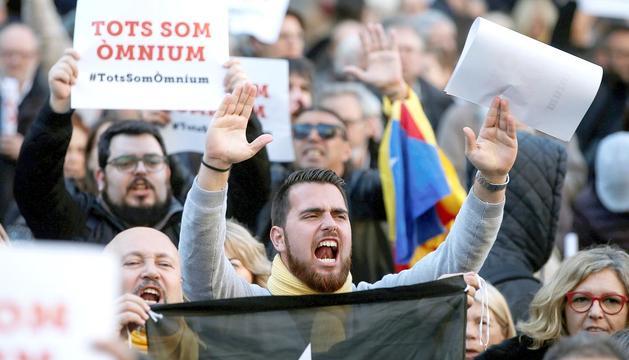 Un moment de la protesta contra l'operació policial, ahir a la plaça de Sant Jaume.