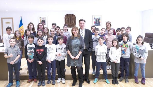 Els alumnes es van fotografiar amb els cònsols.
