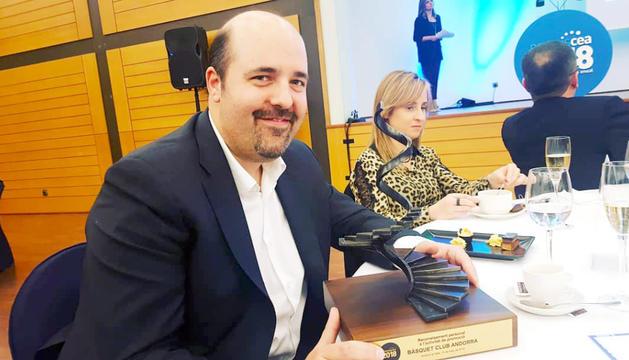 Gorka Aixàs amb el premi de la Confederació Empresarial Andorrana.