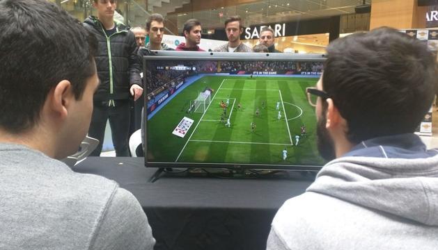 Dos jugadors enmig d'una partida del videojoc 'FIFA 2018', ahir.