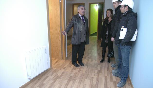 L'ex-cònsol menor d'Encamp Gabriel Dalleres en una visita als pisos del Pas.