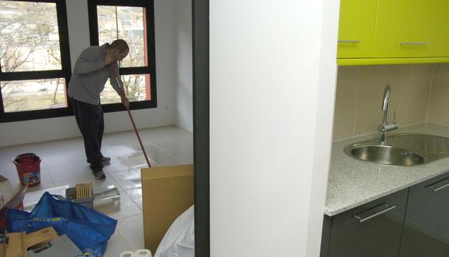 Un dels primers ocupants dels pisos de Jovial preparant el seu habitatge.