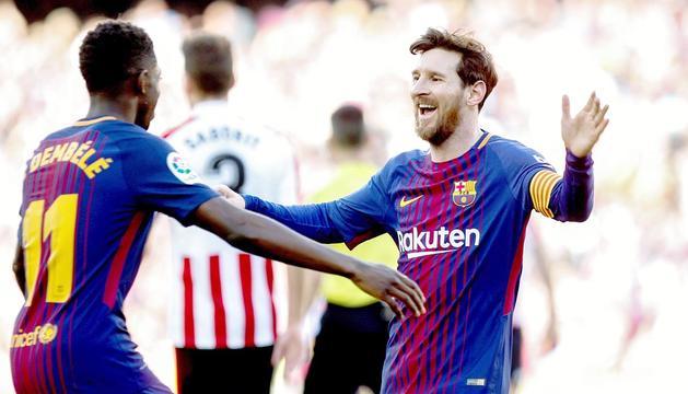 Leo Messi celebrant el segon gol contra l'Athletic amb Dembélé, ahir al Camp Nou.