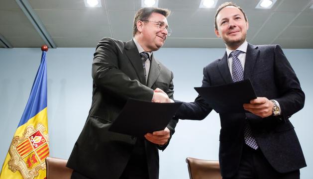 Josep Delgado i Xavier Espot han signat l'acord de lloguer de l'antiga residència Solà d'Enclar