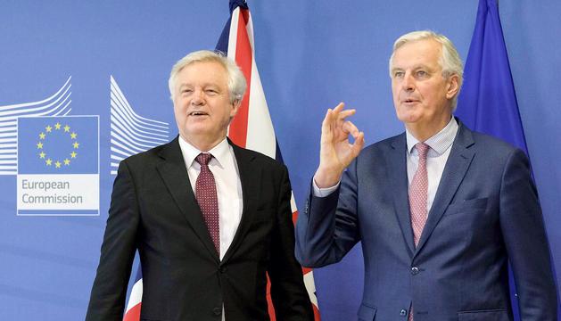 David Davis i Michel Barnier, abans de la trobada que van mantenir ahir a Brussel·les.