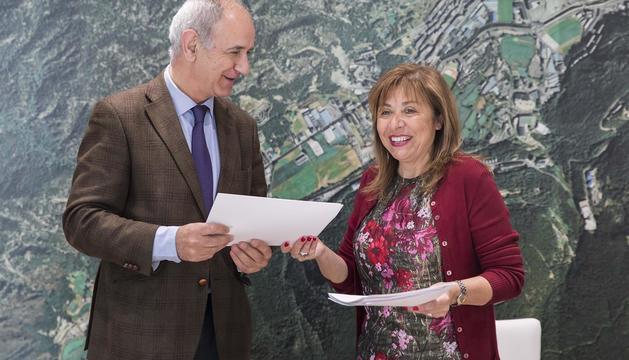 El gestor del centre educatiu i la cònsol major de la capital signen el contracte de concessió
