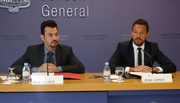 Els consellers socialdemòcrates Gerard Alís i Pere López durant la roda de premsa