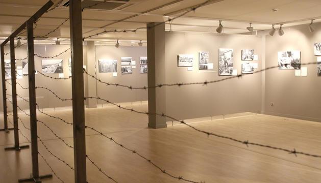 L'exposició,  amb una tètrica escenografia.
